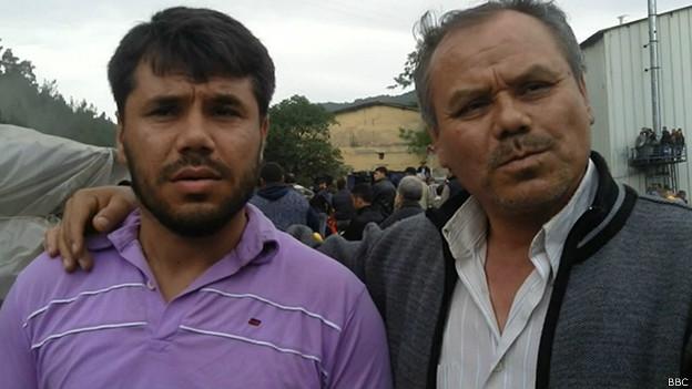Yasin, sobreviviente del desastre minero en Turquía, con su padre, Alí.