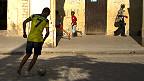 Niño cubano jugando al fútbol
