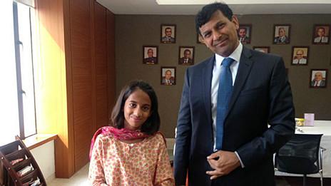 Laila con el director del Banco de la Reserva de India