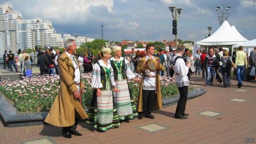 Фольклорная группа на улицах Минска