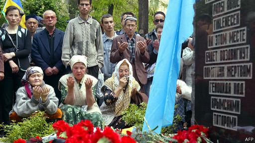 Крымские татары молятся у мемориального камня