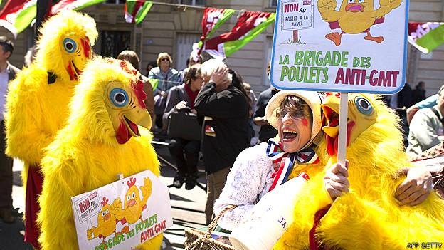 Protestas en París contra el posible ingreso de pollos genéticamente modificados con el acuerdo transatlántico