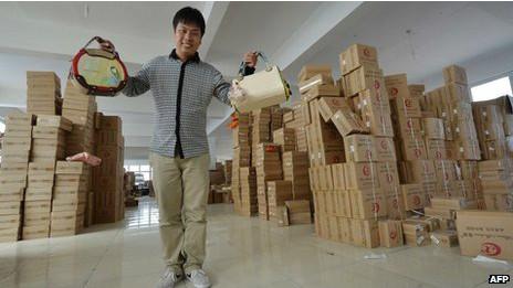 un trabajador chino muestra su producto en una fábrica