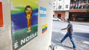 Cartaz perto de hotel  no Rio (Foto de Mario Tama/Getty Images)