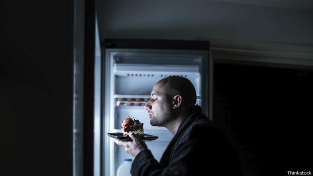 Hombre comiendo en la noche