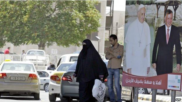 Afiche del papa en Jordania