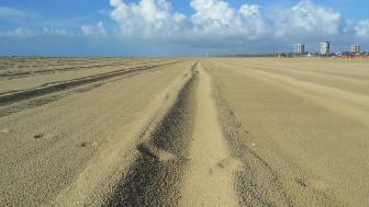 'Marcas de pneus (caminhos) na areia da praia de Atalaia, em Aracaju/SE - Brasil', explica Marcelo de Barros Pimentel.