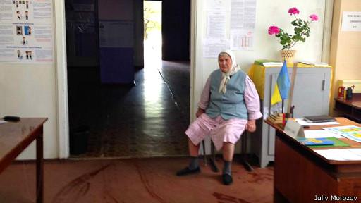 Пожилая женщина на выборах