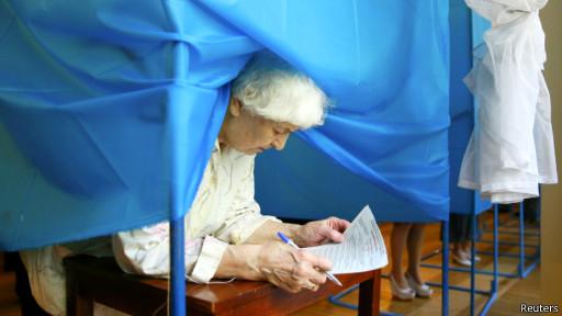 Пожилая дама голосует