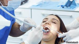 Joven siendo atendida por un dentista