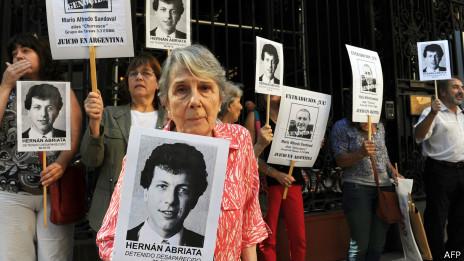 Manifestación frente a la embajada francesa en Buenos Aires