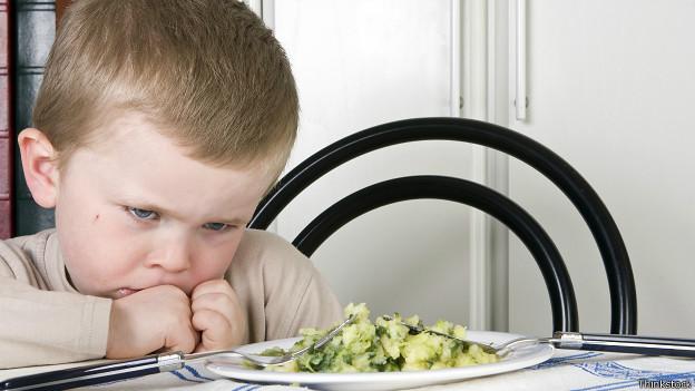 Niño frente a plato con brócoli
