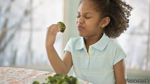 Niña con brócoli