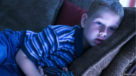 Niño mirando la TV