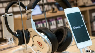 Auriculares Beats junto a un iPhone.