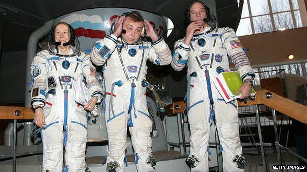 Esther Dyson con los astronautas Maxim Surayev y Jeffrey Williams