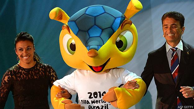 Fuleco junto a las estrellas del fútbol Marta y Bebeto en el sorteo final del Mundial en diciembre 2013