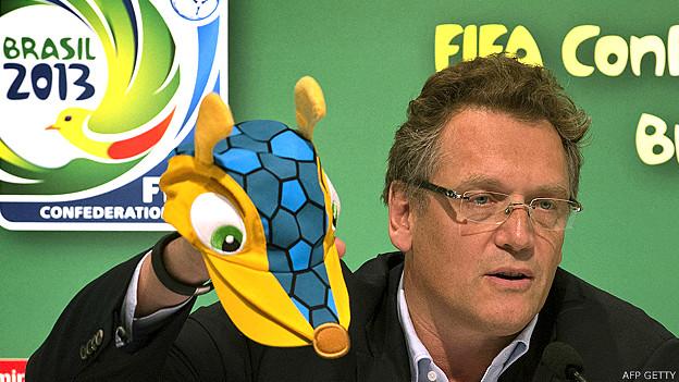 Secretario general de FIFA, Jerome Valcke con un gorro en la mano que lleva el dibujo de la mascota