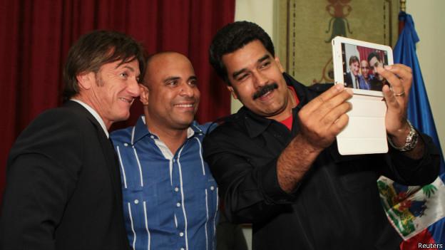 Maduro se hace una selfie con una surtab
