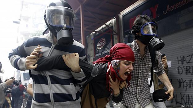 Policías detienen a manifestantes