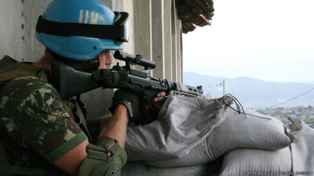 Militar brasileiro durante tomada de Cite Soleil, Porto Príncipe, em maio de 2006. Foto Arquivo Pessoal Luis Kawaguti