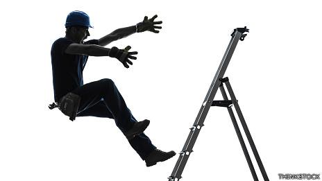 Persona que cae de una escalera