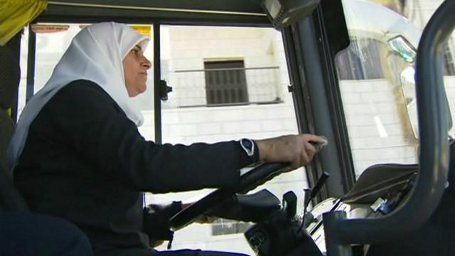 Женщина в хиджабе за рулём