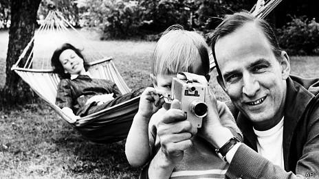 Ingmar Bergman con su esposa e hijo, en una foto de 1960