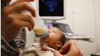 Bebê é amamentado (Reuters)