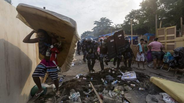 Remoção de famílias da Favela Telerj (Reuters)