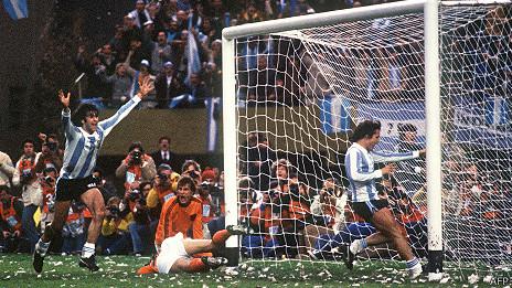 Kempes festeja su gol contra Holanda en 1978