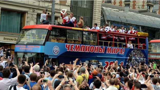 """Автобус, на котором написано: """"Мы - чемпионы"""""""