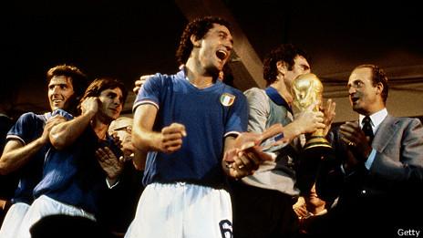 El veterano Dino Zoff junto al equipo que ganó el Mundial de España