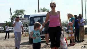 Женщина с ребенком переходит российско-украинскую границу