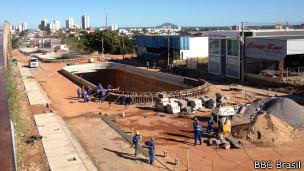 Obra em Cuiabá, dia 28 de maio de 2014 | Promotor Carlos Eduardo Silva | Foto: Camilla Costa/BBC Brasil