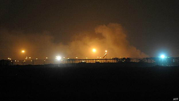 Humo en el aeropuerto de Karachi