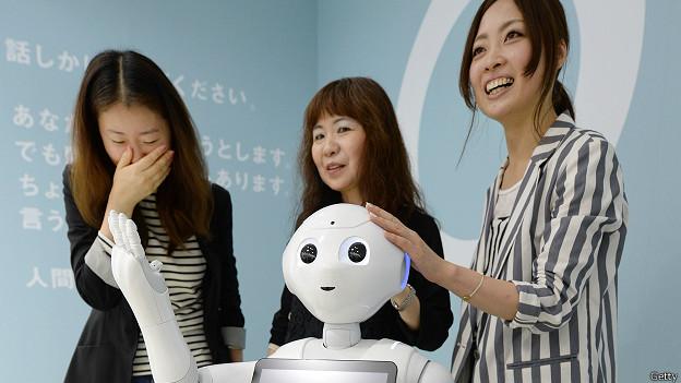 Девушки презентуют робота