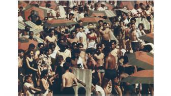 Banhistas em praia nova-iorquina nos anos 1960 ( Aaron Rose Courtesy Museum of the City of New York)