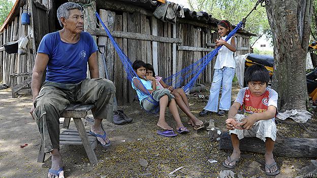 Indígenas Sawhoyamaxa Los Sawhoyamaxa han estado viviendo en condiciones de indigencia fuera de sus tierras.