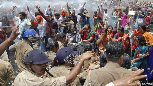 Policía choca con manifestantes en protesta tras la aparición de dos mujeres ahorcadas