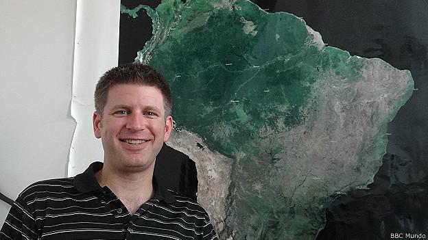 A la entrada de su oficina, Morton tiene un mapa de la Amazonía.