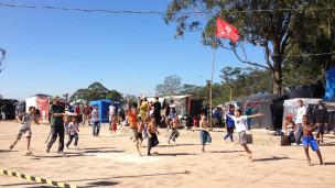 Jogo na ocupação Copa do Povo | Foto: Camilla Costa/ BBC Brasil