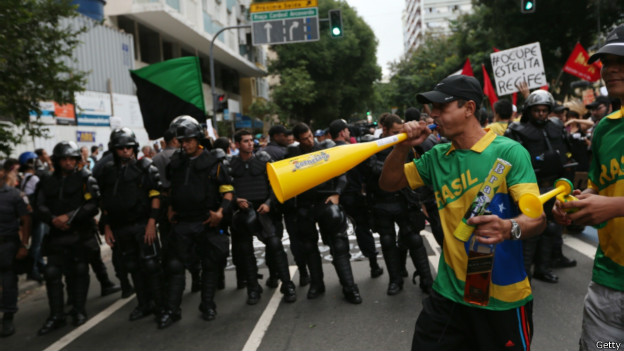 http://wscdn.bbc.co.uk/worldservice/assets/images/2014/06/13/140613090124_policia_sao_paulo_624x351_getty.jpg