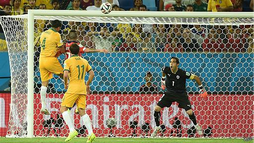 Tim Cahill mete gol