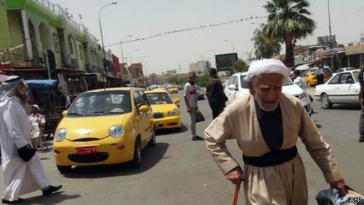 Iraquianos andar na rua em Kirkuk (AFP)