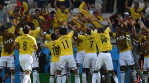 Jugadores colombianos celebran durante el juego contra Grecia