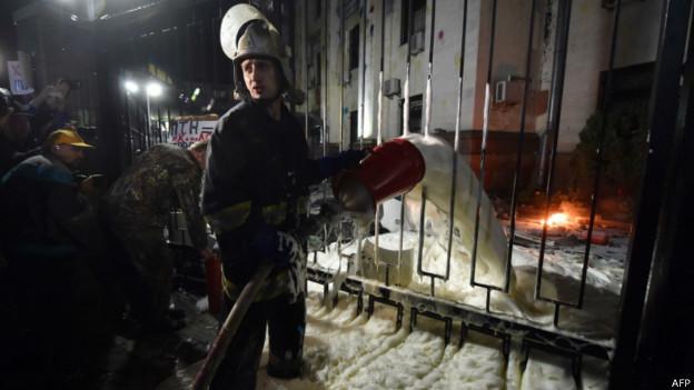 Работа пожарных у посольства