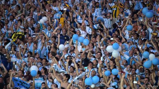 Argentinos no Maracanã (AFP)