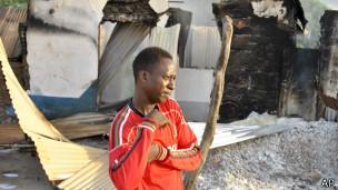 Un hombre frente a una vivienda quemada en el ataque en Mpeketoni