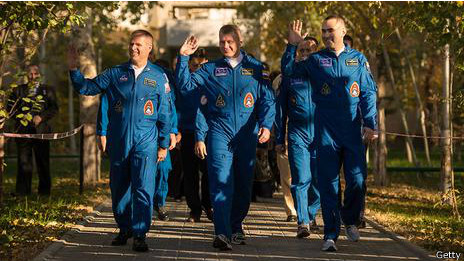 Astrunautas camino al cohete en Baikonur